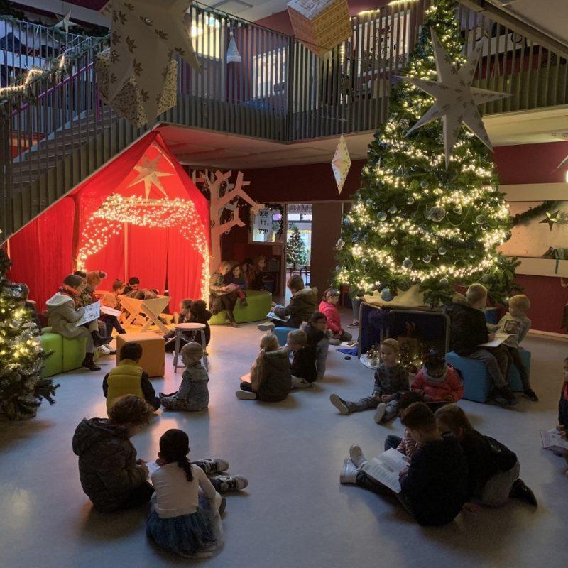 kerstboom lezende kinderen